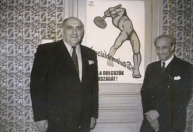 Fischer Tibor és Bíró Mihály a kalapácsos figura előtt, nem sokkal Bíró halála előtt