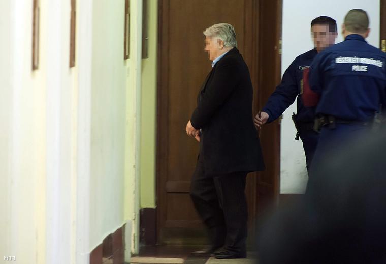 T. György az ügetőn dolgozó hajtó elleni 1996-ban történt gyilkossági kísérlet egyik gyanúsítottjaként aBudai Központi Kerületi Bíróság épületében 2014. december 18-án