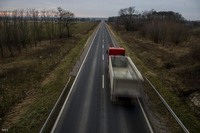 Teherautó halad a 61-es főút útdíjköteles kaposvári elkerülő szakaszán.