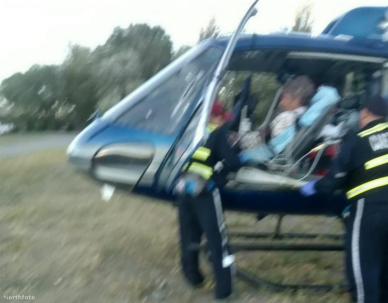 Lefotózták, ahogy a férfit a szívrohama után a helikopterrel szállítják