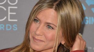 Jennifer Aniston hosszú lábakkal ül a címlapon
