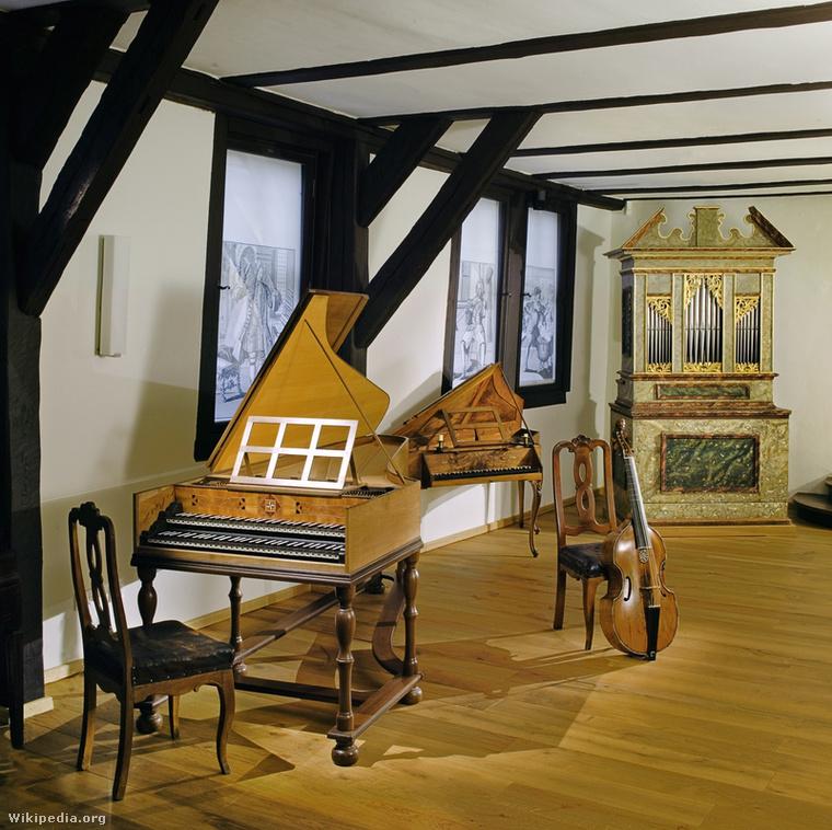 Az eisenachi Bach-ház zeneszobája. Néhány Máté-passióban megszólaló hangszert már hiába keresett Mendelssohn. Például a széknek támasztott gambát