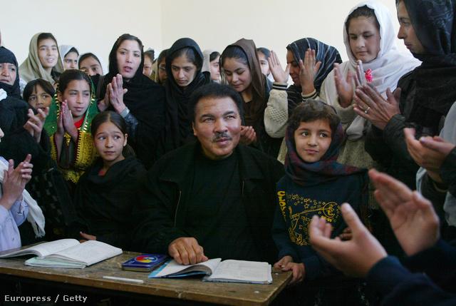 Az ENSZ-békenagyköveteként egy kabuli lányiskolában, 2002-ben