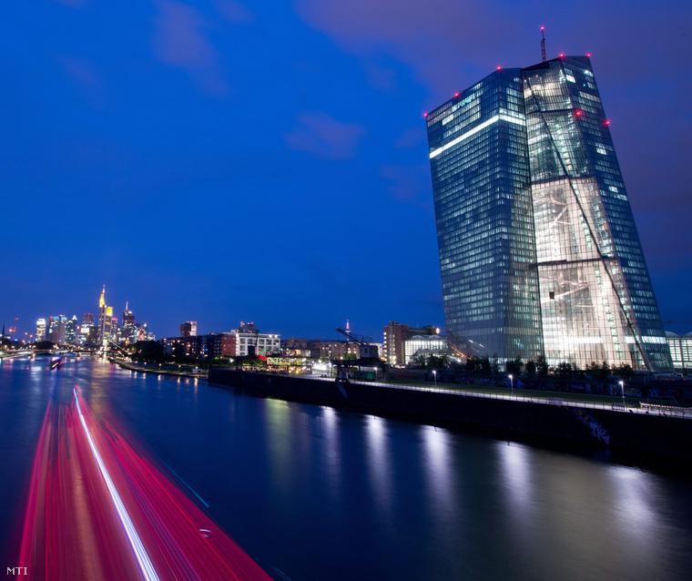 Az Európai Központi Bank új épülete a Majna folyó partján Frankfurtban 2014. augusztus 6-án.