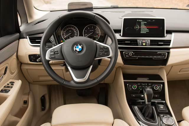 Ránézésre BMW, de a kormány kevésbé húsos, mint amit a BMW-tesztautókban megszoktunk