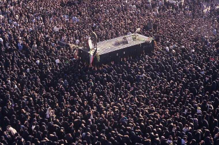 4. Khomeini ajatollah temetése, Teherán, Irán: 1989-ben meghalt az iráni forradalmat véghezvivő, Iránt síita vallási állammá alakító Khomeini ajatollah. Hogy mennyi nyomás kellett ahhoz, hogy 10 millió iráni elmenjen a gyászmenetelésre, az rejtély, mindenesetre halálos taposások is kialakultak a tömegben.