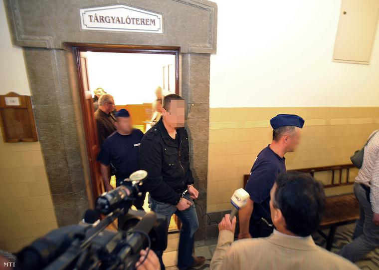 Bilincsben és vezetőszáron viszik el előzetes letartóztatásának elrendelése után a Pesti Központi Kerületi Bíróságon Kalmár Tamást a Budapesti Rendőr-főkapitányság (BRFK) közrendvédelmi főosztályának vezetőjét.