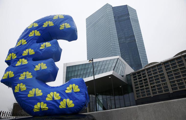 Felfújt Euró-lufi az EKB frankfurti épülete előtt.