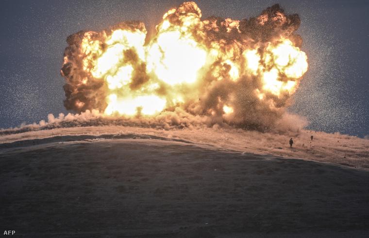 Egy iszlamista fegyveres körvonala látható a megfigyelőpontjuk ellen intézett légi csapás mellett, a török-szíriai határ közelében.