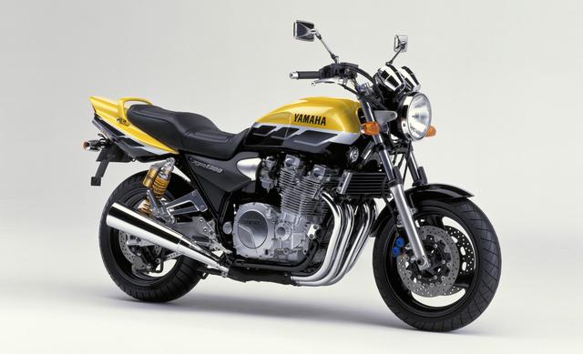 Yamaha XJR1300SP 2001-ből. Tökéletes retró hangulathoz elengedhetetlen a kettős bölcsőváz