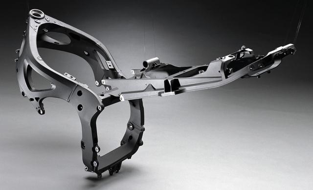 A Yamaha a saját alumínium hídvázát Deltabox-nak keresztelte. A képen egy YZF-R6-é látható az ülést tartó segédvázzal