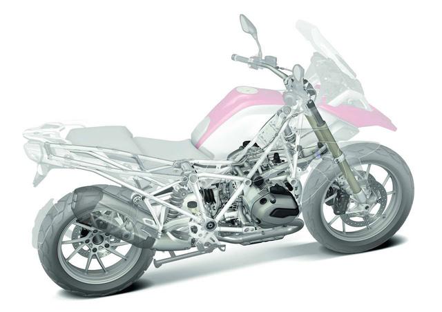 BMW R 1200 GS átvilágítva. A boxermotor a fő teherviselő elem, minden ahhoz csatlakozik. A segédvázak, a futómű, minden.