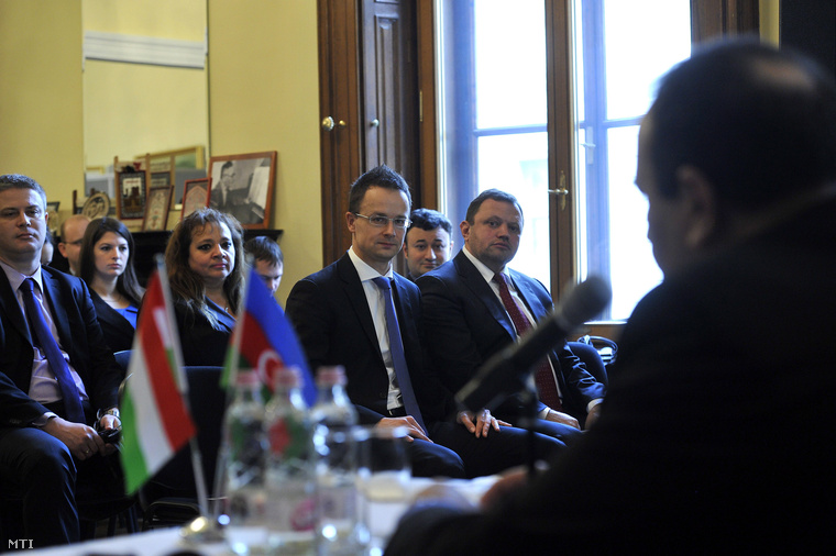Vilayat Guliyev, Azerbajdzsán budapesti nagykövete beszél a két ország közötti diplomáciai kapcsolatok felvételének 20. évfordulója alkalmából rendezett nemzetközi konferencián országa budapesti nagykövetségén 2012. november 29-én. Az ablaknál Szijjártó Péter a Miniszterelnökség külügyi és külgazdasági államtitkára (j2) és Keskeny Ernő a Külügyminisztérium miniszteri biztosa (j).