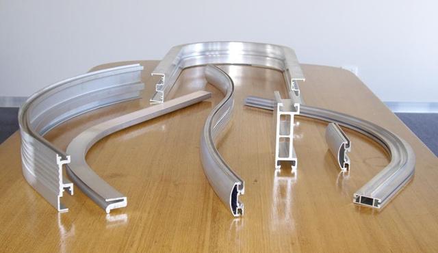 A félig szilárd alumíniumot egy formán átpréselve bármilyen profilú szelvényt legyáranak