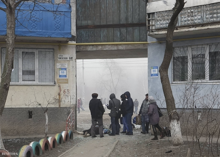 Legalább tíz ember vesztette életét a támadások során. Az egyik áldozat holtteste mellett álldogáló lakosok Mariupolban, 2015. január 24-án.