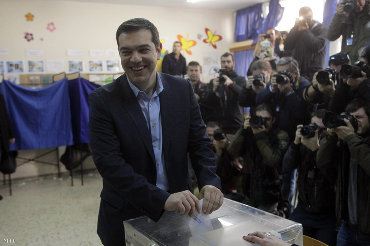 Alekszisz Ciprasz, a görög Radikális Baloldal Koalíciója (Sziriza) vezetője leadja szavazatát