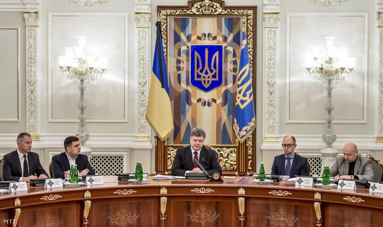 Petro Porosenko ukrán elnök (k) részt vesz az ukrán nemzetbiztonsági és védelmi tanács (RNBO) ülésén Kijevben.