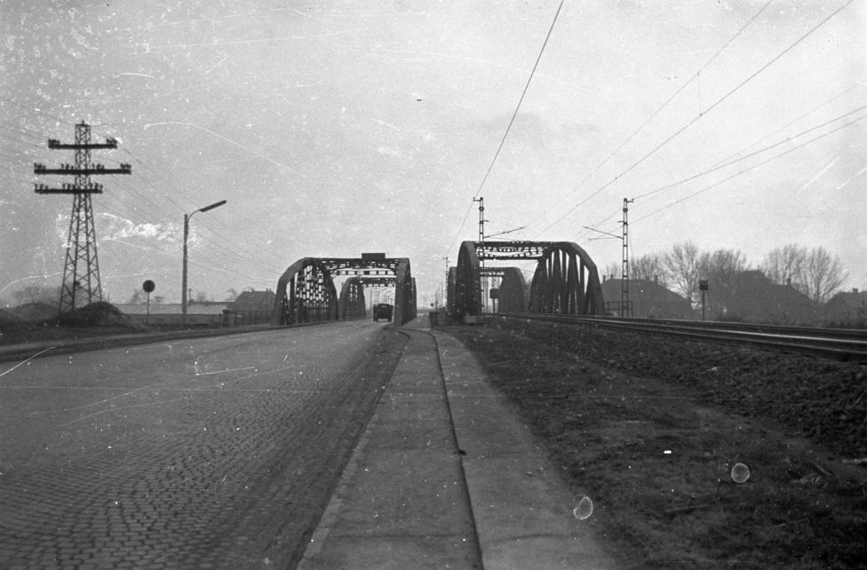 Igen, jól látják, az 1960-as fotón a Csepel-szigetre vezető Kvassay hídpár jobboldali darabja majd egy méterrel feljebb van, mint a baloldali. De a kicsire nem adtak 1951-ben, amikor megépítették a gyorsvasúti hidat a mellette álló országúti mintájára, melyet még 1927-ben emeltek. Utóbbit ugyan felrobbantották a németek, de a világháború után, más hidak roncsainak felhasználásával változatlan formában újjáépült, s működött is egészen 2000-ig.