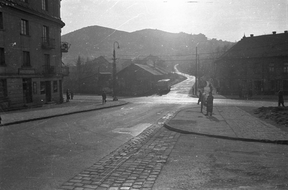Bájos dunántúli kisváros az osztrák határ közelében? Valójában a Hegyalja út és az Alkotás út kereszteződése a Sashegy felé, szemben balra egy kertészettel.