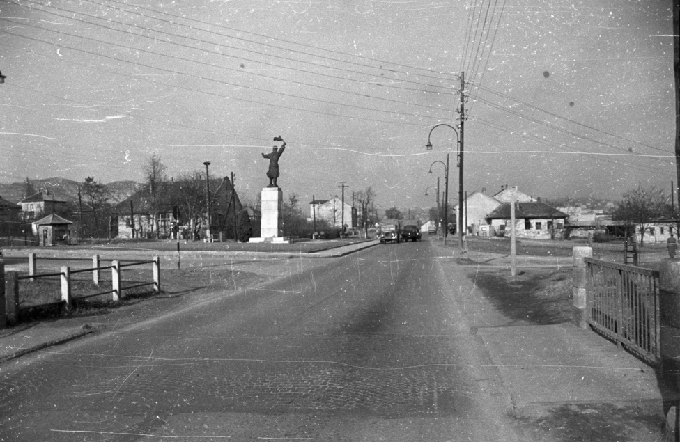 """Ma már a """"Miért nem prímszám az M7? Mert Osztyapenkó"""" rémviccnek sincs semmi értelme, pedig 25 éve még Osztyapenkó kapitány szobra jelezte minden budapestinek, hogy elhagytuk a fővárost, kezdődik az autópálya, irány a Balaton! Az az itt még csak az irány volt meg, a pálya csak később épült hozzá."""