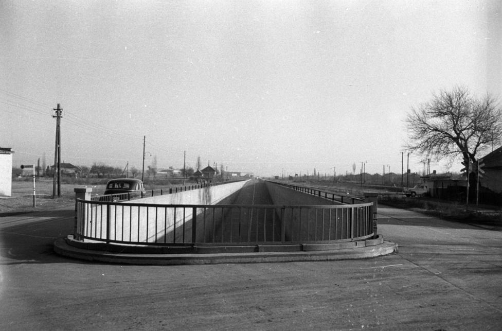 Az 1943-ban épült Ferihegyre vezető gyorsforgalmi út hipermodern volt: csak személygépkocsik hajthattak rá, s mivel nem volt keresztirányú forgalom, akár 110-zel is lehetett száguldozni rajta. Lovaskocsiknak, meg teherautóknak ott volt a két szélső sáv.