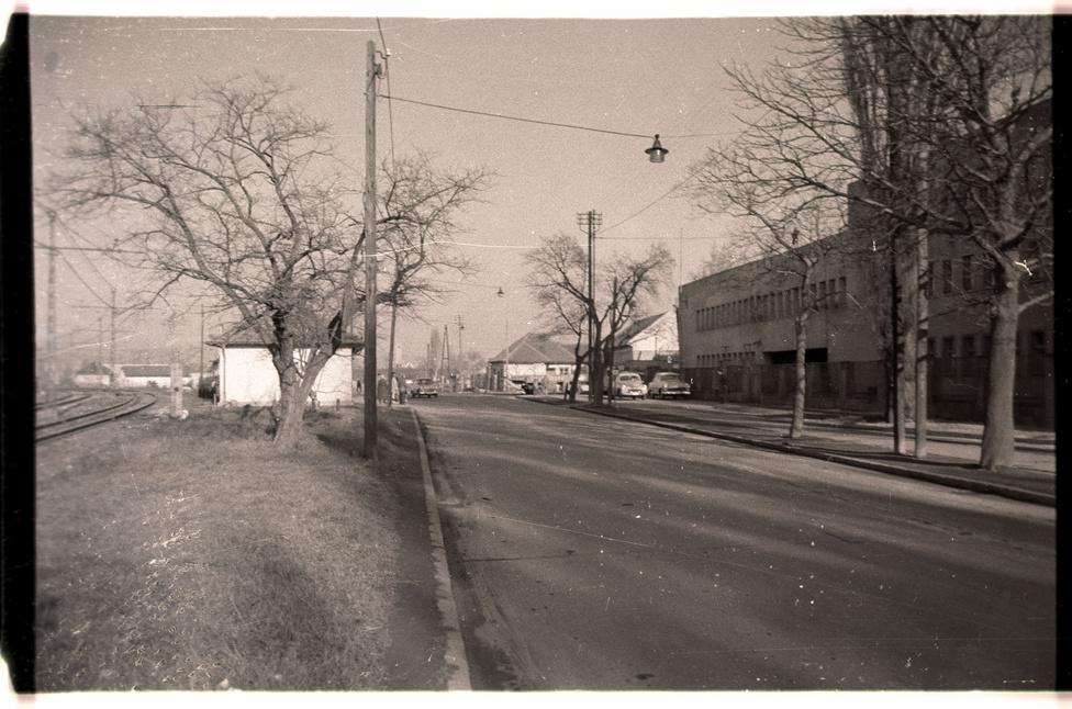 A környék még ma is pont ilyen jellegtelen, mint 1960-ban, mégis nehéz ráismerni: a III. kerületben járunk, a városból kifelé nézünk, itt torkollik be a Rákóczi utca a Szentendrei útba.