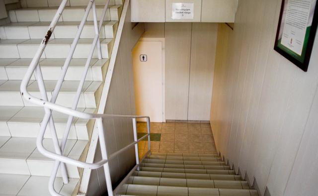 Az alagsor lépcsője, jobbra a nemzeti trikolorral dizájnolt nyilatkozat