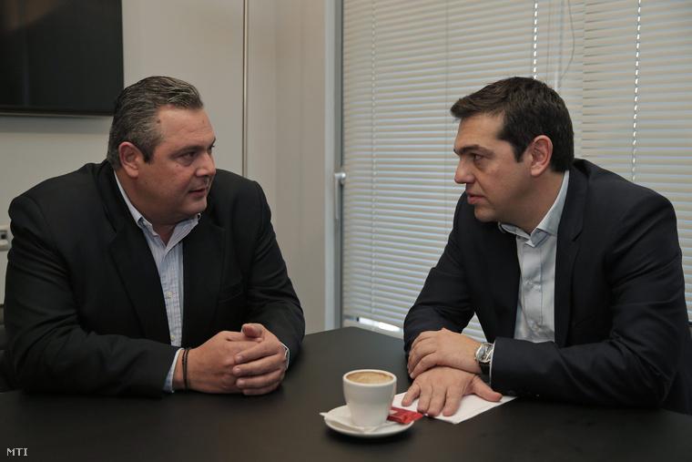 Alekszisz Ciprasz, a görög Radikális Baloldal Koalíciója (Sziriza) vezetője (j) megbeszélést folytat Panosz Kammenosszal, a jobboldali Független Görögök párt (ANEL) vezetőjével Athénban 2015. január 26-án.
