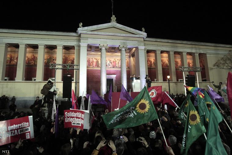 Az Alekszisz Ciprasz vezette görög Radikális Baloldal Koalíciója (Sziriza) támogatói ünnepelnek Athénban 2015. január 25-én.