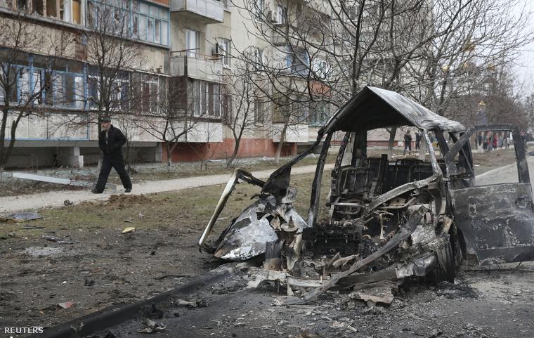 Kiégett kisbusz Mariupolban