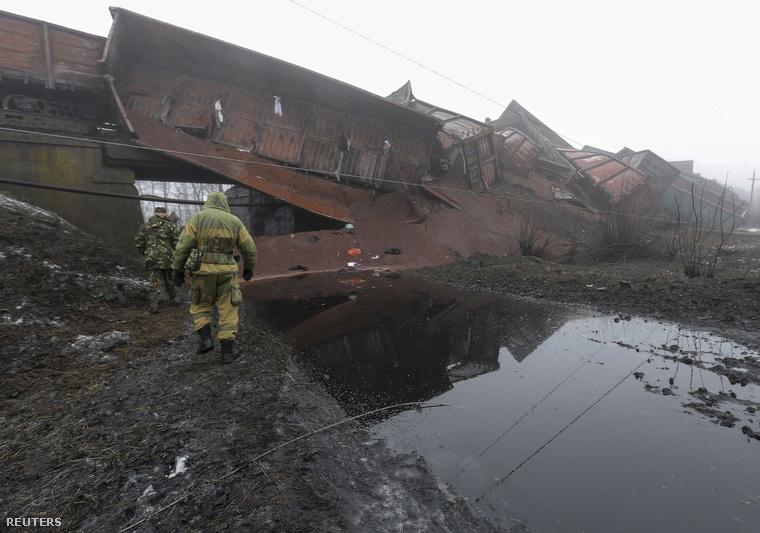 Január 21-re virradóra ismeretlenek felrobbantották a kuznyecsovkai vasúti hídat, ami Mariupol vasúti összeköttetését biztosítja Ukrajna nyugati részével