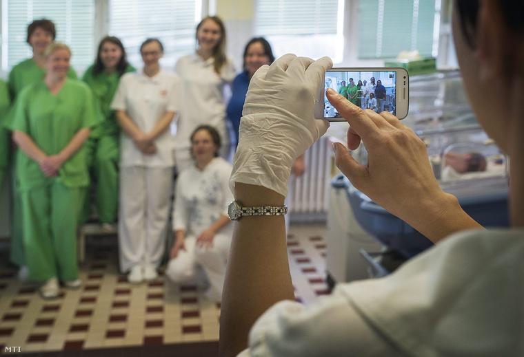 Egy doktornő fényképet készít munkatársairól a gyermekgyógyászati osztályon a Kecskeméti Megyei Kórház Izsáki úti telephelyén 2014. október 6-án mielőtt az osztályt a Kecskeméti Gyógyintézeti Központ új kórházi tömbjébe költöztetik.