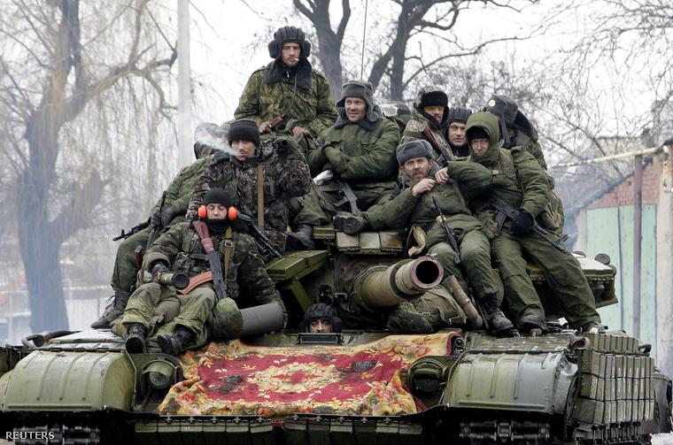 Oroszpárti szeparatisták utaznak egy tankon, Donyeckben.