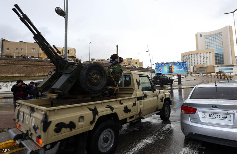 Líbiai biztonsági erők a szállodánál