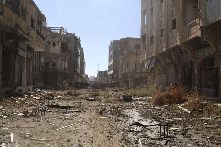 Utcakép az elmúlt évek harcaiban porig rombolt szíriai Daraából.