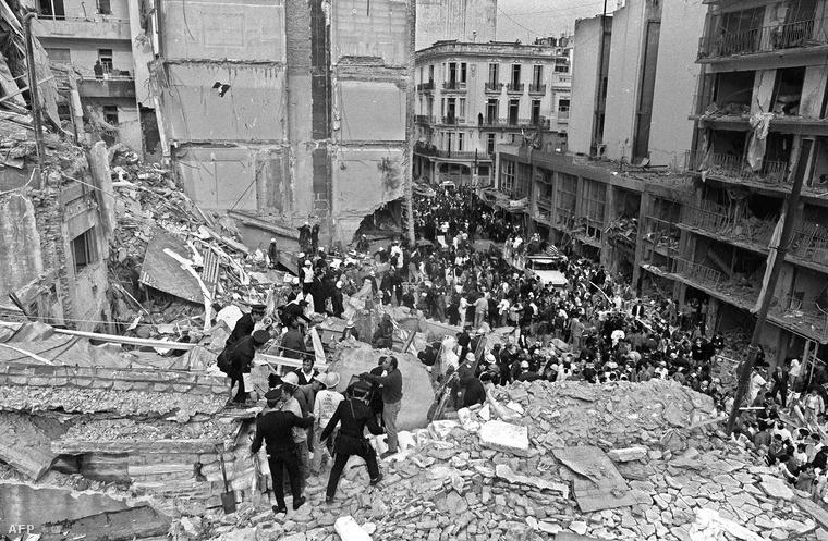 Mentési munkálatok az 1994-es robbantás helyszínén