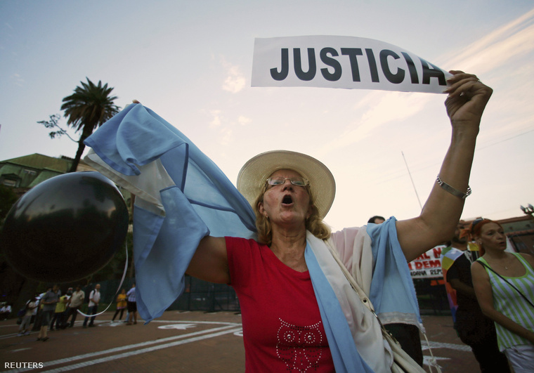 """Fekete lufival és """"igazság"""" felirattal tüntető nő az Alberto Nisman emlékére szervezett tüntetésen"""
