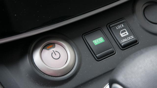 """A startgomb mellett az Eco gomb, ilyenkor a """"gázpedál"""" karaktere változik"""