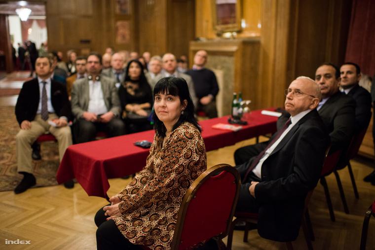 Obrusánszky Borbála Kelet-kutató az Azerbajdzsán című könyv társszerzője Sakir Fakili török nagykövet (b2) és Vilayat Gulijev azerbajdzsáni nagykövet (j) a budapesti Gellért szállodában tartott könyvbemutatón