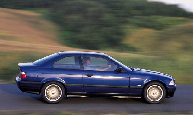 Az örök kedvenc a BMW 3-as széria E36 generációja. A típus több mint húsz éves, ezért a németek tömegesen szabadulnak tőle, így olcsó példányokkal van tele a piac