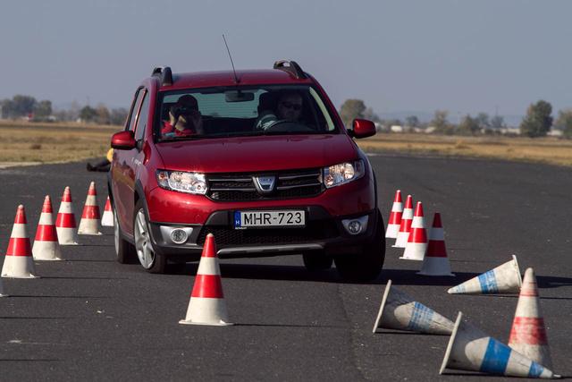 A Dacia Sandero tipikus új autó lehetne itthon, mert 2,7 millióért az egyik legolcsóbb, de korrekt ajánlat. Még sincs ott a 20 legnépszerűbb típus közt