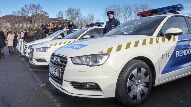 Összesen 1225 új rendőrautót vásárolt tavaly az ORFK, melyek közül, mintegy 5,9 milliárd forintért adtak át év végén 550 darab szolgálati autót. A befutó márkák az Audi, a Mercedes, a Skoda és a Volkswagen. Legutóbb 2012-ben volt nagy beszerzés, akkor több mint 1700 új autó került a testülethez