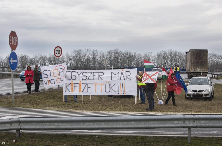 Az MSZP útdíjellenes demonstrációja Kecskeméten az M5 autópálya és az 52 főút csomópontjában,2015. január 30-án.