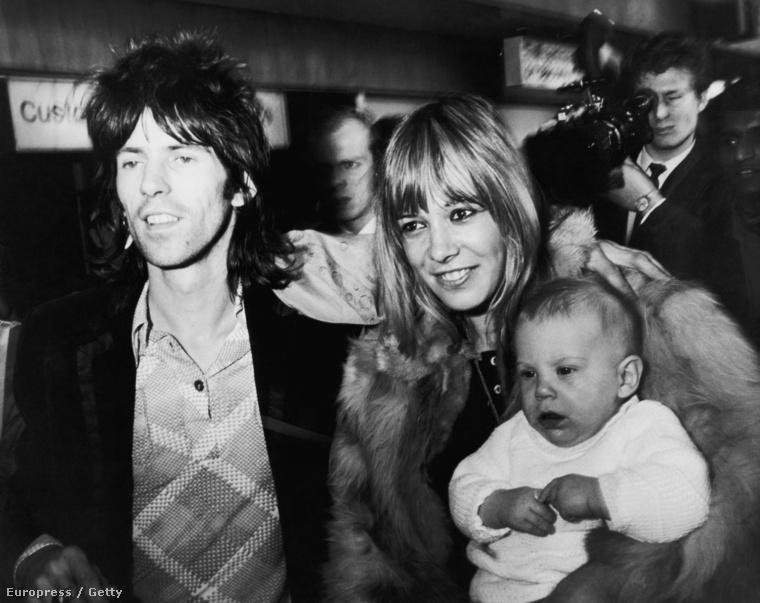 Keith Richards ésAnita Pallenberg a fiukkal, Marlonnal a londoni reptéren, 1969. decemberében.