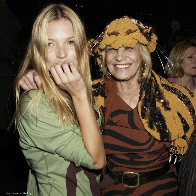 Kate Moss és Anita Pallenberg egy Vivienne Westwood divatbemutatón Londonban, 2004-ben