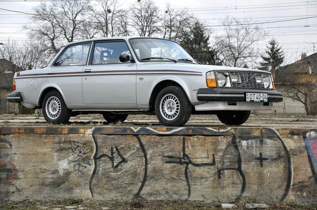 Szögletes, de nem ólomnehéz: a 242 GT a maga korában szinte sportkocsi volt