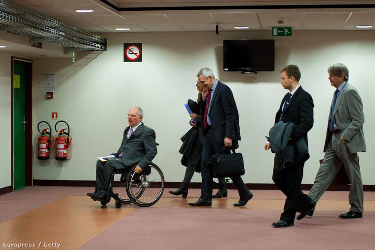 Wolfgang Schaeuble távozik az EU-s pénzügyminiszterek egyeztetéséről amit a görög választások után kialakult helyzetről tartottak.