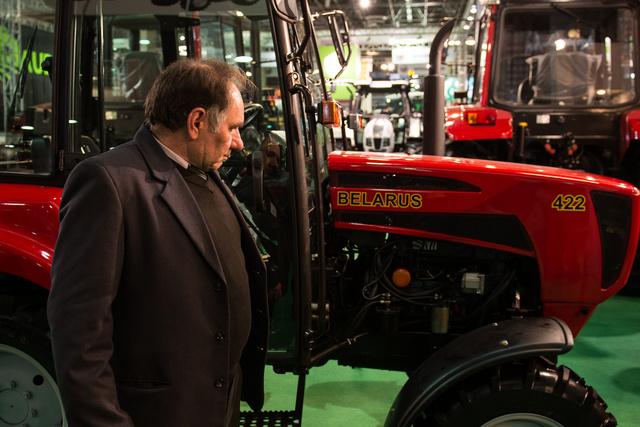 Balogh István a Belarus Traktor Kft képviseletében - a jelek szerint szerelmes a termékbe