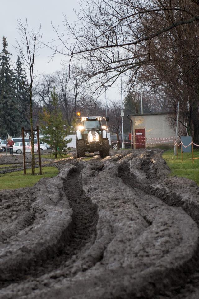 A szakadó esőben elég hamar süllyedt tengelyig a traktor