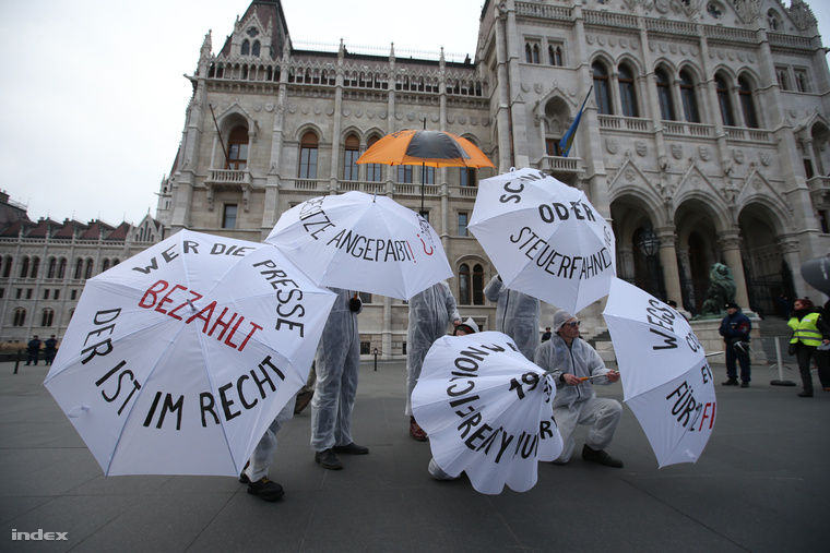 Tüntetők a Parlament előtt vasárnap, Angela Merkel látogatása előtt